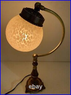 Ancienne Petite lampe en Laiton, bronze et globe de verre. Style Art Deco. Vintag