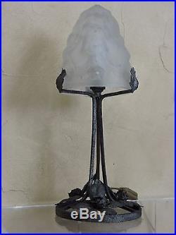 Belle lampe de table ou bureau art déco verre moulé signée Dégué fer forgé