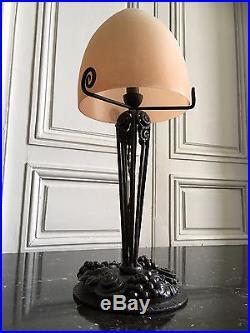 Grande lampe d'époque Art Déco fer patiné globe obus verre dépolis vers 1920