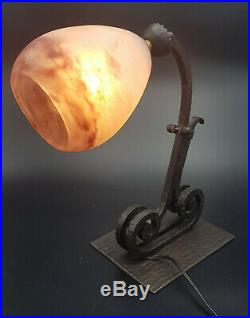 LAMPE ART DECO BUREAU FER FORGE TULIPE PATE DE VERRE signée DEGUE french lamp