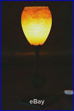 Lampe De Bureau Art Deco En Fer Forge Et Pate De Verre Signe Degue No Daum