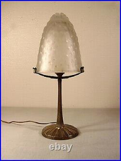 Lampe art déco en bronze nickelé et obus en verre moulé signé Muller Frères 1925
