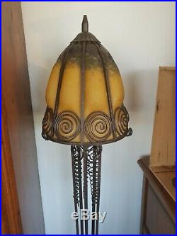 Lampe art déco pied fer forgé et vasque pâte de verre moulée sur le fer forgé