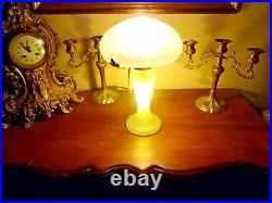 Lampe champignon en pâte de verre blanche et verte, Eclairage pied et chapeau
