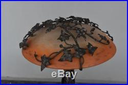 Lampe de table fer forgé et pâte de verre Schneider au lierre Art déco 1930 par