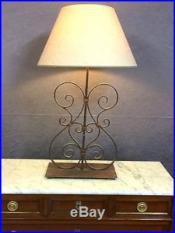 Lampe en fer forgé sur un socle en métal Hauteur 94 cm