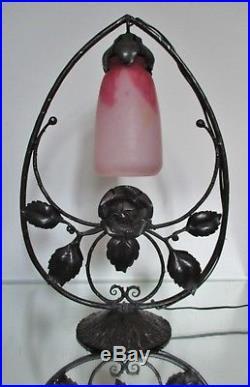 Lampe fer forgé aux roses tulipe pâte de verre DAUM Art Nouveau Déco Era Muller