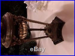 Lampe pétrole bronze tripode avec tulipe ouraline et opalescant