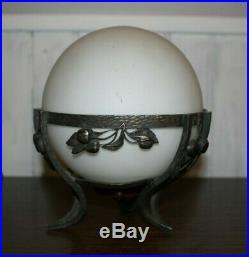 Paire de lampe art déco en fer forgé boule opaline
