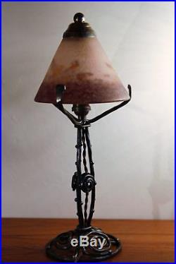 Superbe lampe ART DECO fer forgé et pate de verre signée Degué